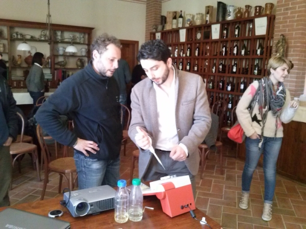 Simone Bellassai illustra le analisi del vino di CDR WineLab